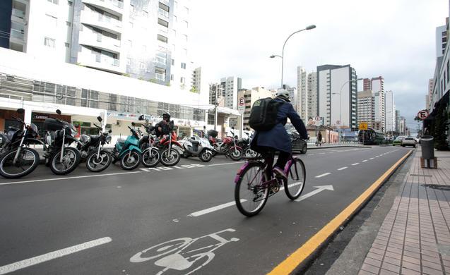 ciclistas em curitiba canaletas
