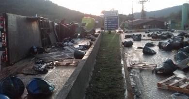 Caminhão tombado na BR-277 em Morretes