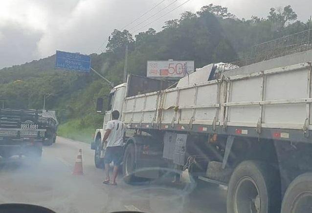 Caminhão parado SC-401