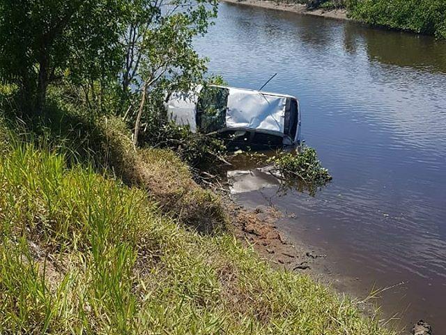 Carro no rio