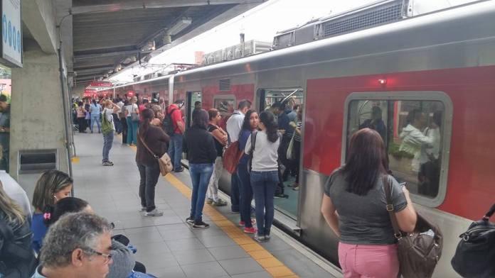 Estação Barueri às 7h30. Foto: Márcio Weichert