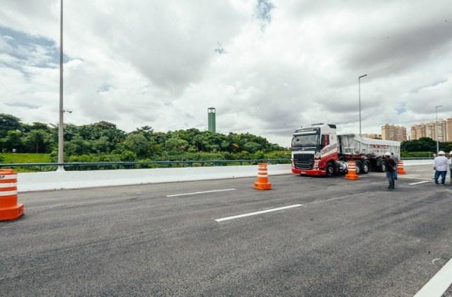 foto viaduto caminhão