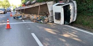 Caminhão tombado no quilômetro 50 da rodovia Anchieta