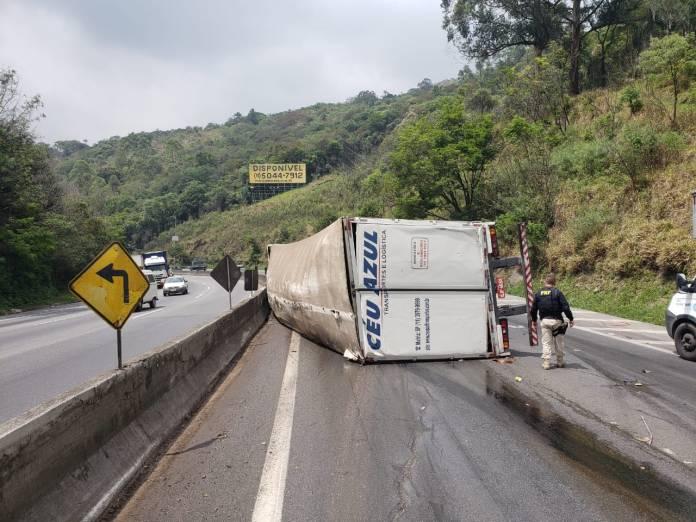 Caminhão tombado na rodovia Fernão Dias em Mairiporã