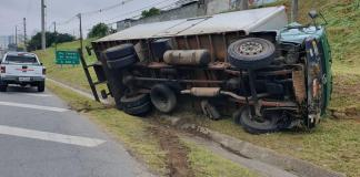 Caminhão tombado na Régis Bittencourt