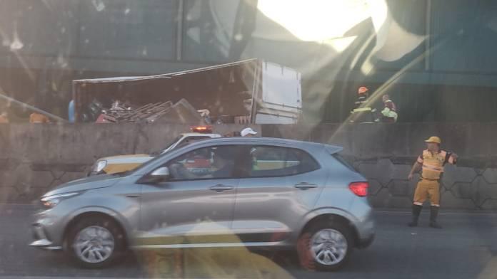 Caminhão tombado na Marginal Tietê