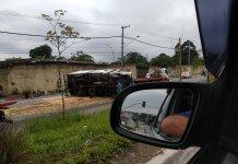 Caminhão tombado na Avenida Jacu-Pêssego