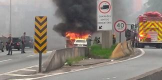 Carro em chamas na rodovia Raposo Tavares