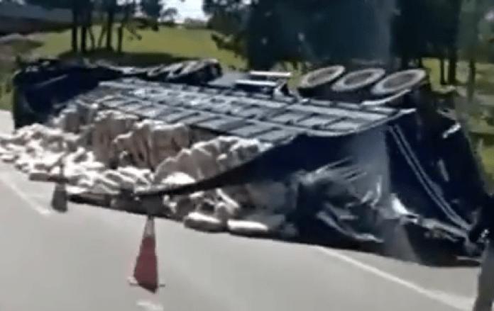Rodovia Fernão Dias Caminhão tombou Atibaia