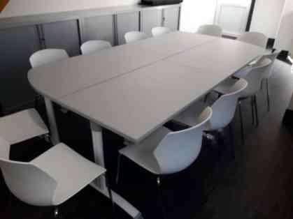 Table abattantes Fold coloris gris clair en configuration 12 places et siège MyFrill coloris blanc