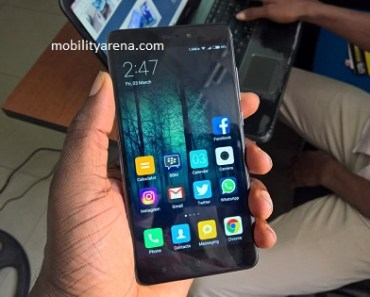 Xiaomi Redmi Note 4 hands-on in hand