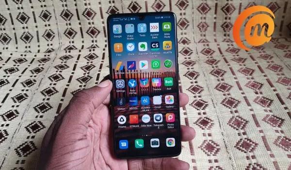 Huawei P30 in hand