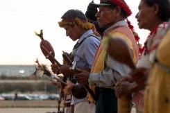 Rezadores e rezadoras Guarani e Kaiowá em frente ao STF. Foto: Tiago Miotto/Cimi