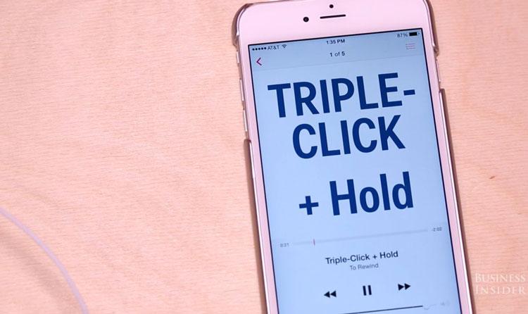 Trzykrotny klik i przytrzymanie przycisku na słuchawkach EarPods