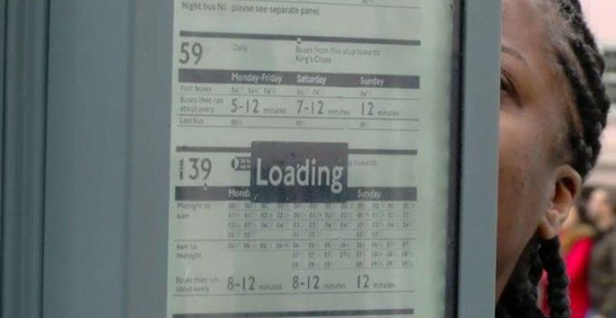 Rozkład jazdy na e-papierze na przystanku (Londyn)
