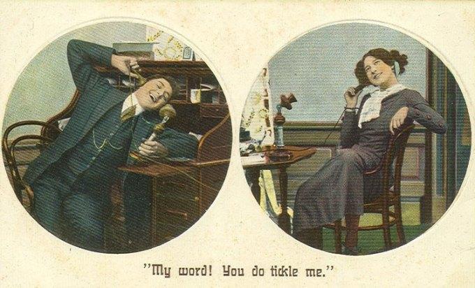 Para rozmawiająca przez stary pionowy telefon