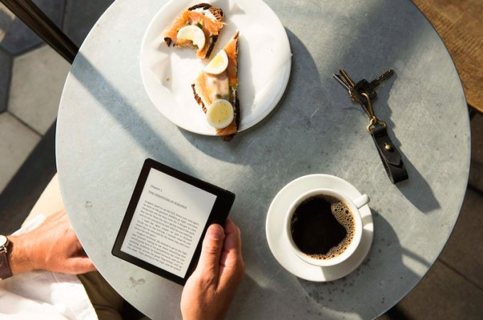 Amazon Kindle Oasis w użyciu (kawiarnia)