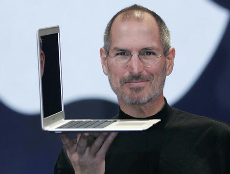Steve Jobs prezentuje Macbooka Air