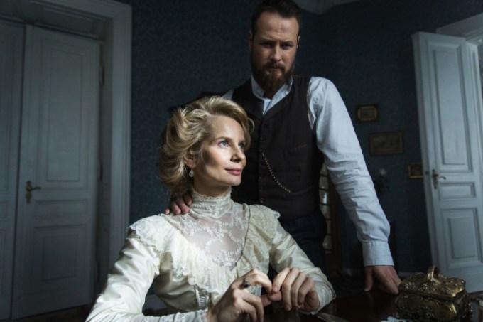 Kadr z serialu Belle Epoque - Paweł Małaszyński, Magdalena Cielecka (fot. TVN / Mirosław Sosnowski)