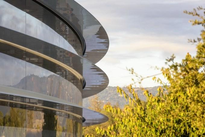 Apple Park - budynek i drzewa