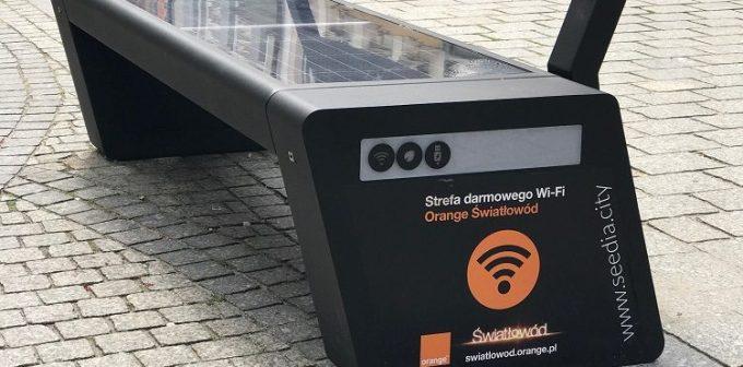 Ławka z darmowym Wi-Fi i możliwością doładowania telefonu od Orange (Zielona Góra)