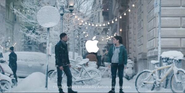 Reklama świąteczna Apple'a z iPhone'em X i AirPodsami