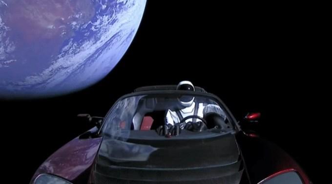 Tesla Roadster w kosmosie na tle Ziemi (screen z wideo SpaceX)