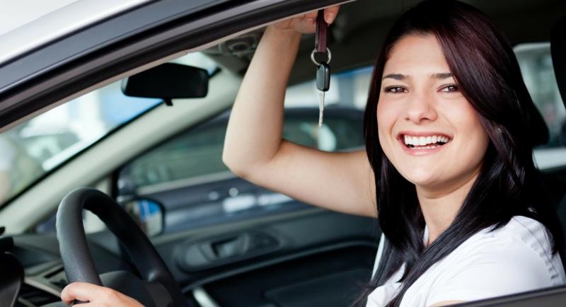 kobieta w samochodzie z kluczykami
