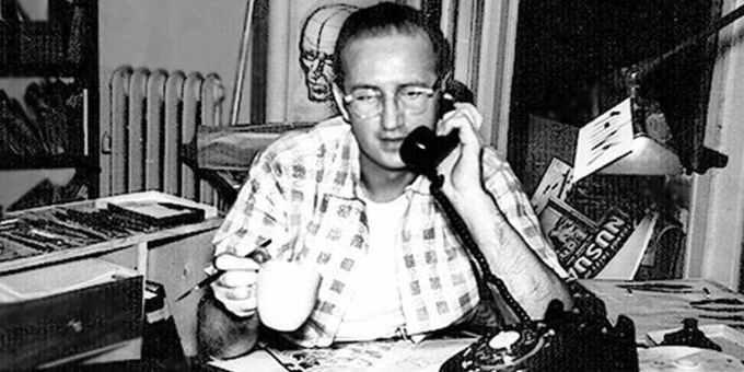 Steve Ditko rozmawiający przez telefon