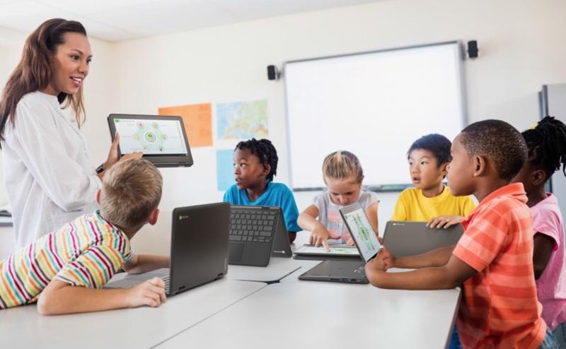 Lenovo dla edukacji - dzieci w klasie - nauczycielka i urządzenia Lenovo