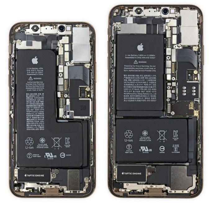 Budowa wewnętrzna iPhone XS i XS Max (od lewej) fot. iFixit