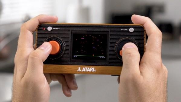 """Przenośna""""retro"""" konsola i joystick od Atari z wbudowanymi 50 grami"""
