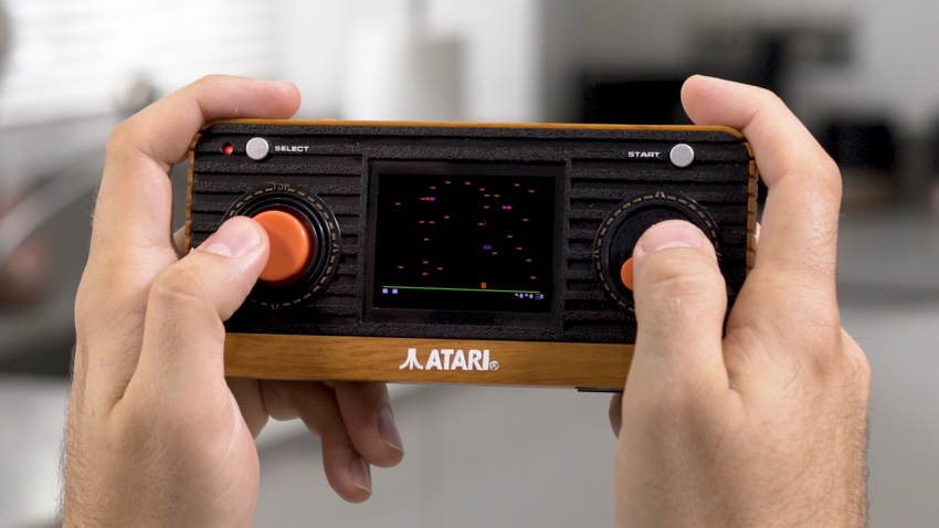 """Atari """"Retro"""" Handheld z 50 wbudowanymi grami retro i wyjściem TV."""