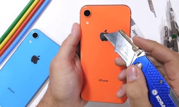 Jak iPhone XR radzi sobie z ogniem, nożem i twardą podłogą?