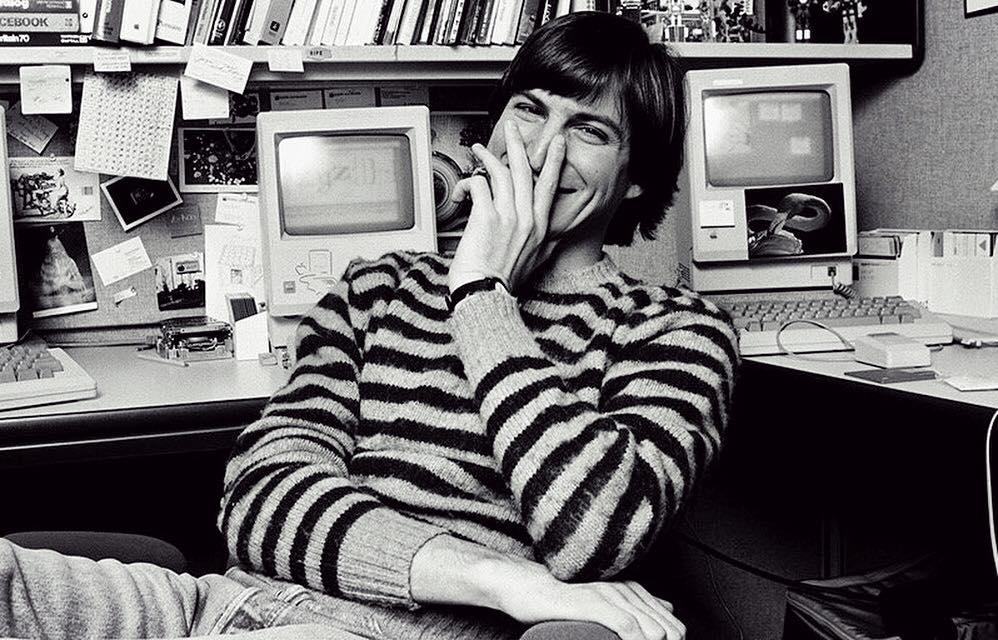 Steve Jobs na tle komputerów (zdjęcie czarno-białe)