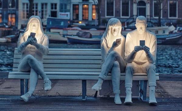 """""""Wchłonięci przez światło"""" czyli ten zły smartfon w sztuce…"""