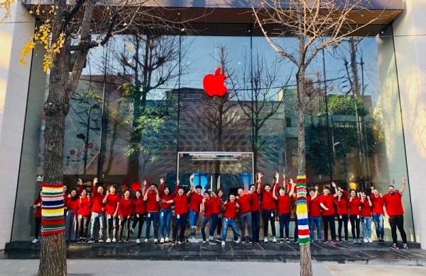 Czerwone logo na sklepach Apple'a z okazji Światowego Dnia AIDS