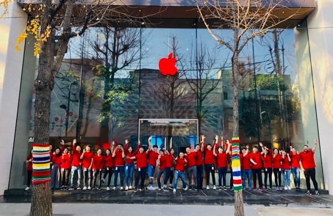 Apple Store z czerwonym logo z okazji Światowego Dnia AIDS