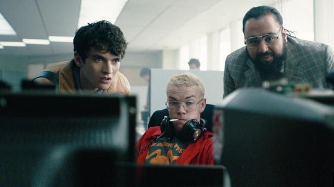 "Kadr z filmu ""Black Mirror: Bandersnatch"", od lewej Fionn Whitehead, Will Poulter i Asim Chaudhry"