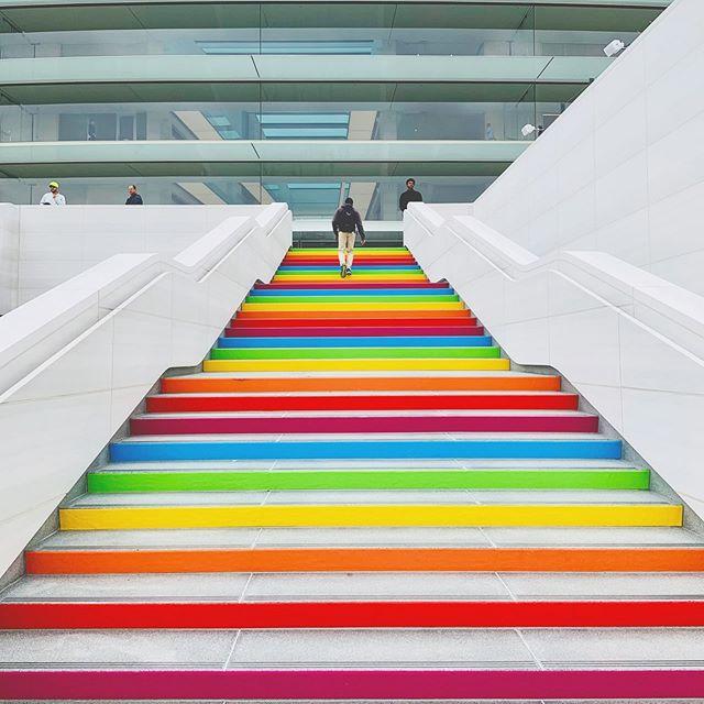 Tęczowe schody w kampusie Apple'a
