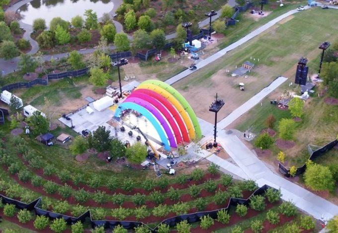 Tęczowa scena w Apple Park