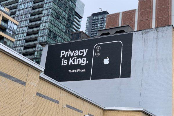 Billboard Apple'a o prywatności przy jednym z budynków Google'a