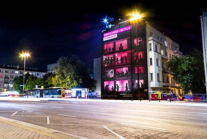 Mural T-Mobile promujący pakiet światłowodu i Netflixa