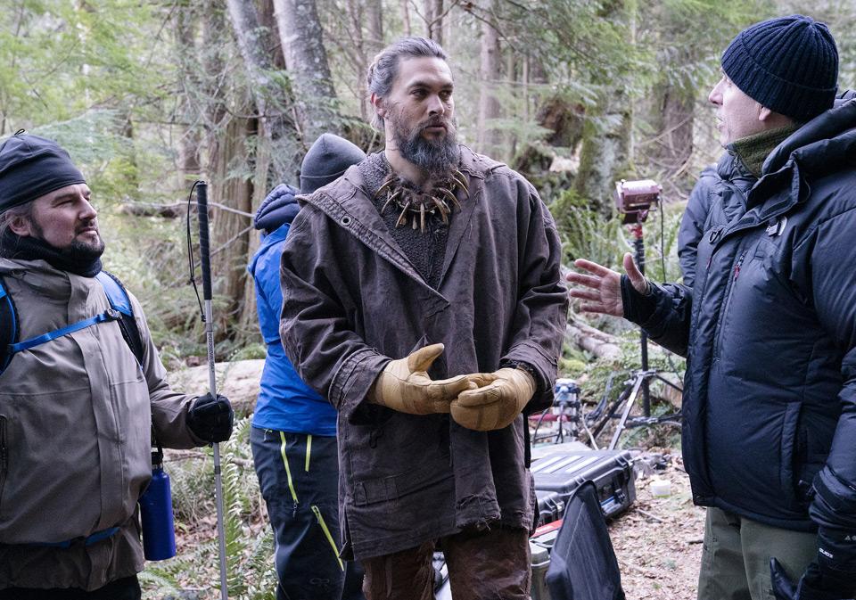 """Joe Strechay, Jason Momoa i reżyser Anders Engström rozmawiają między ujęciami na planie """"See"""""""