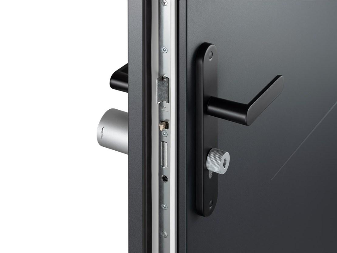 Inteligentny zamek do drzwi (widok zamontowanego urządzenia)