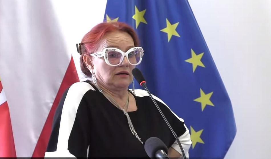 Jadwiga Caban-Korbas podczas wystąpienia na sztabie kryzysowym w Słubicach