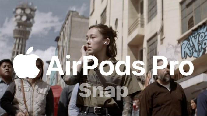 "Kadr ze spotu słuchawek AirPods Pro pt. ""Snap"""