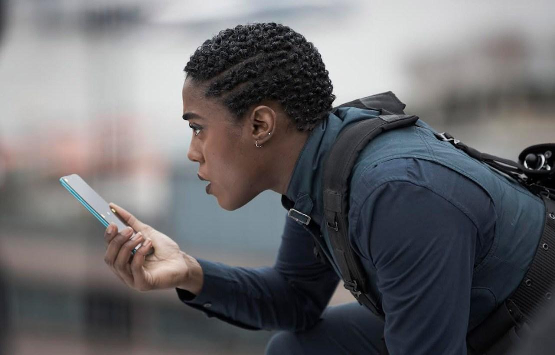 """Lashana Lynch z telefonem Nokia w filmie """"Nie czas umierać"""""""