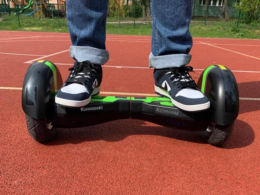 Stanie na hoverboardzie z przodu