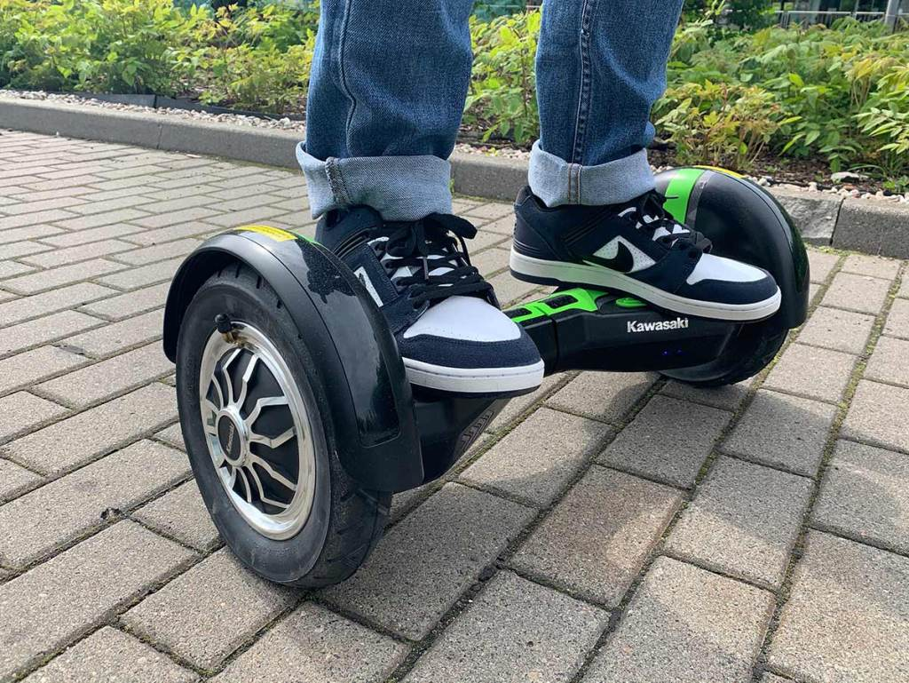 Jazda na hoverboardzie po chodniku